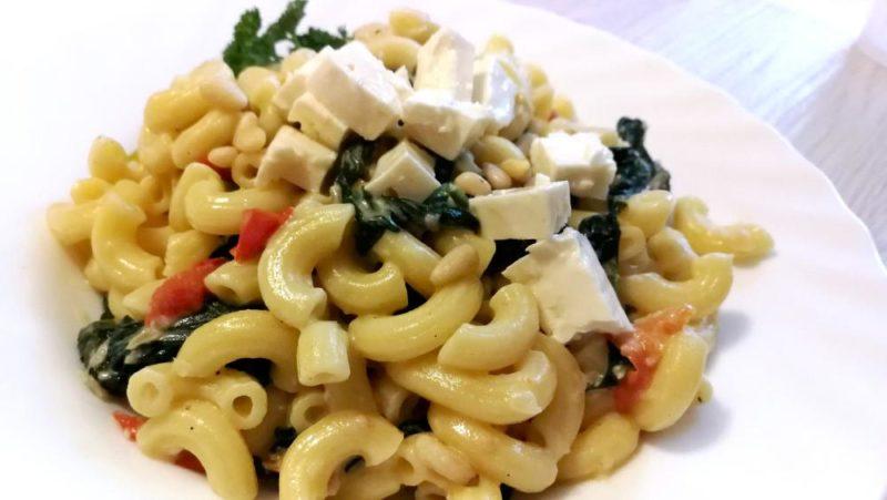 Pasta mit Spinat Feta und Kirschtomaten