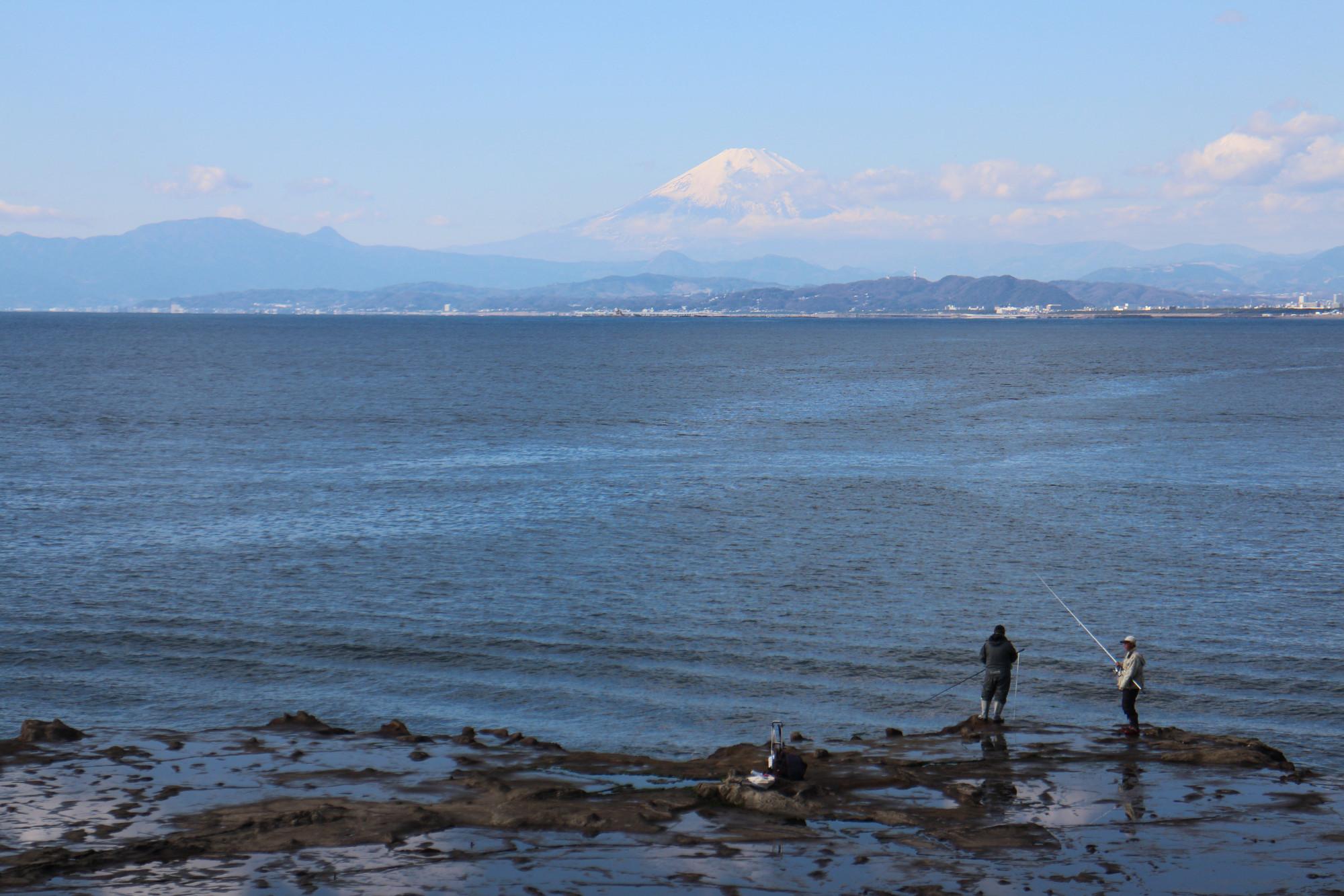 Der Fuji von Enoshima aus gesehen, Angler im Vordergrund.