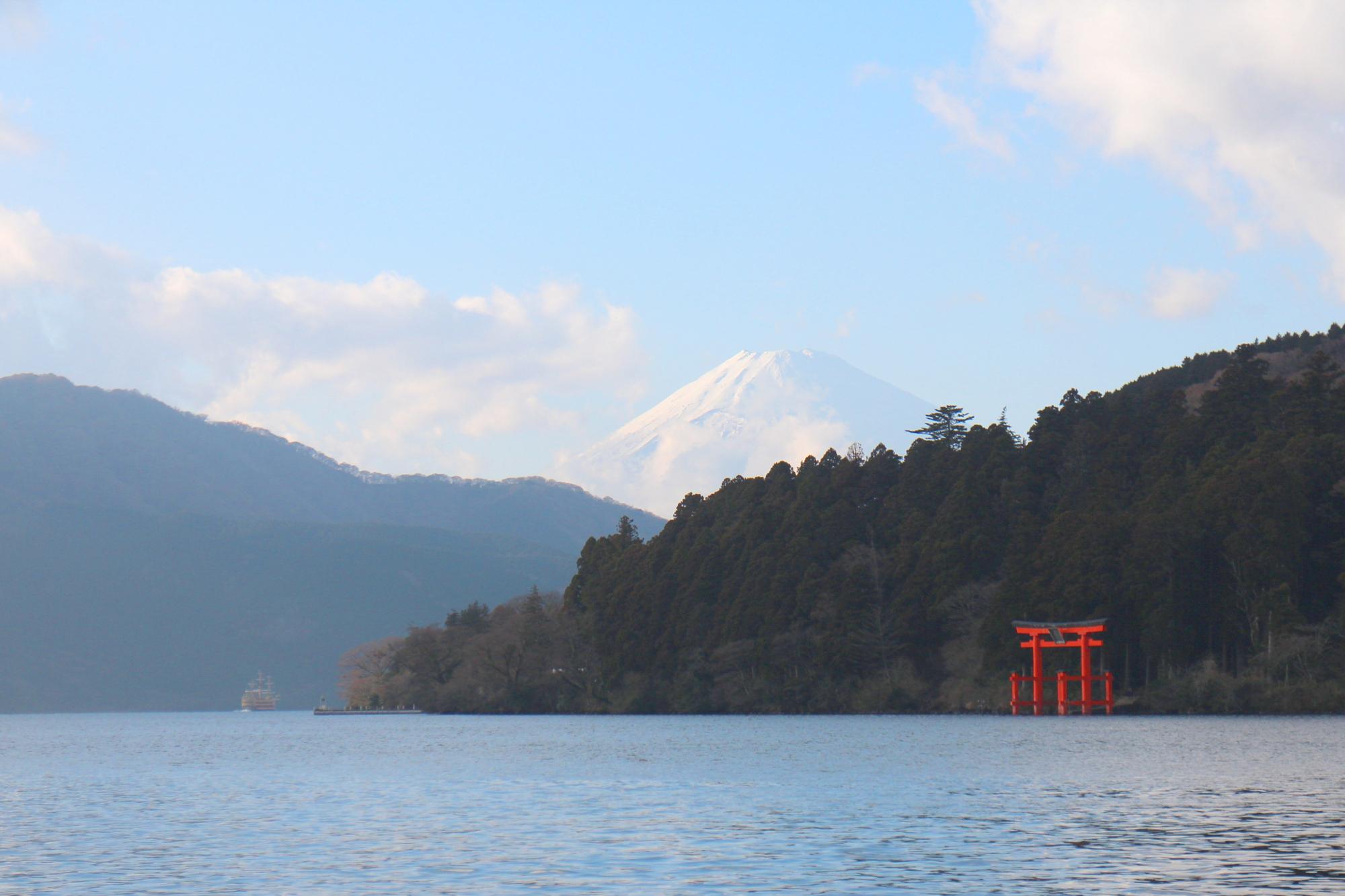 Der See Ashinoko mit dem Fuji bzw. Fudschijama im Hintergrund und dem roten Torii des Hakone-Schreines.