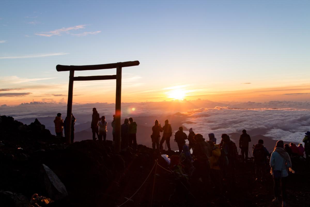 Beim Fuji-Aufstieg den Sonnenaufgang bewundern.
