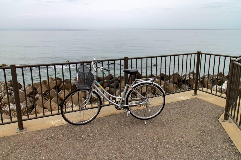 Altes geliehenes Stadtfahrrad in Niigata am Meer