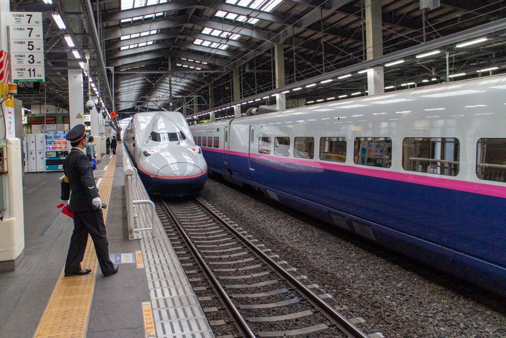 Ein E4-Shinkansen mit zwei Ebenen in Niigata von vorne.