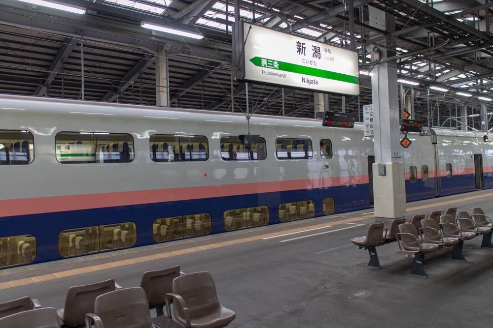 Ein E4-Shinkansen mit zwei Ebenen in Niigata.