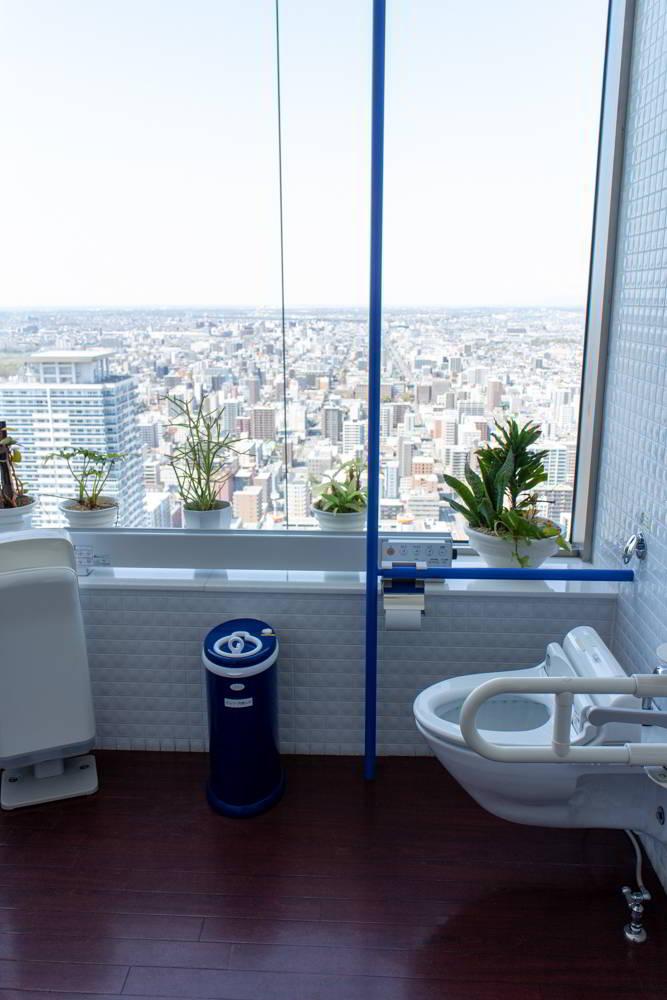 Eine Toilette im Tower 38 mit Aussicht auf die Stadt.