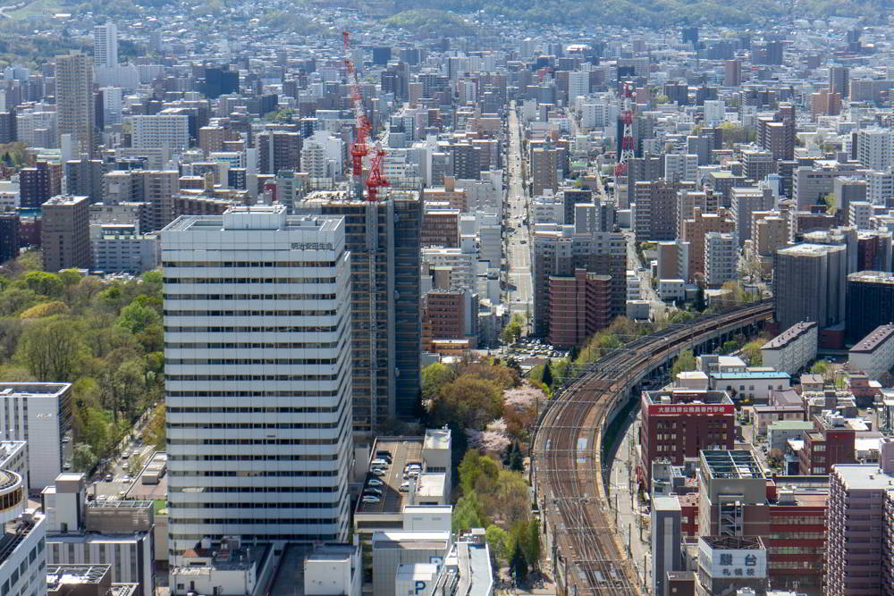 Blick vom Tower 38 mit Hochhäusern und einer Bahnstrecke.