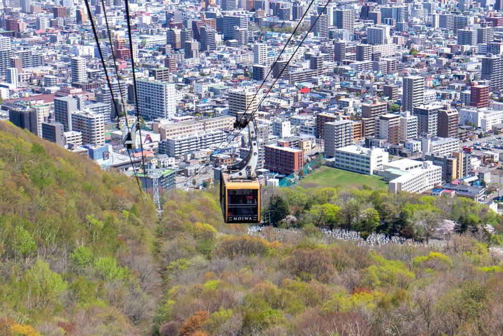 Seilbahn auf den Berg Moiwa vor dem Hintergrund der Stadt Sapporo