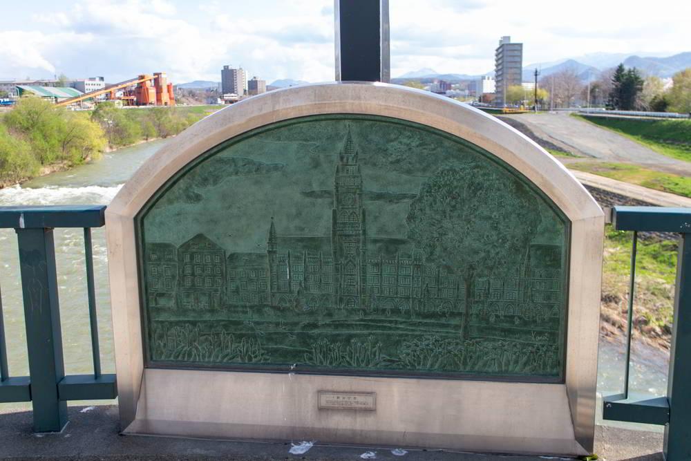 Eine Plakette die das Rathaus von München auf der München-Brücke in Sapporo zeigt.