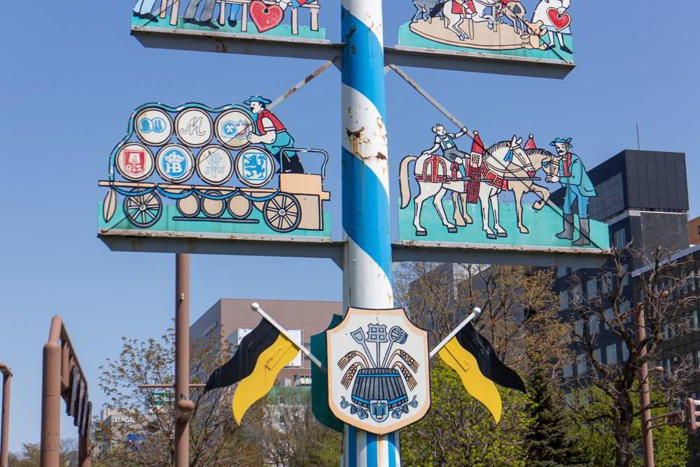 Details des Maibaumes in Sapporo mit Münchner Farben.