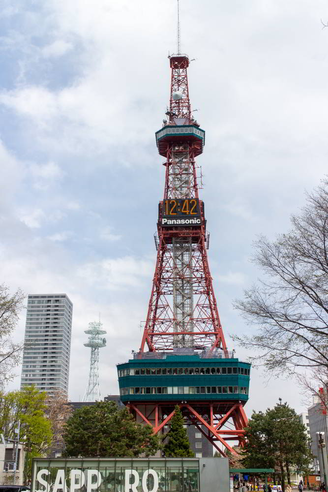 Der TV-Turm in Sapporo von unten aus gesehen.