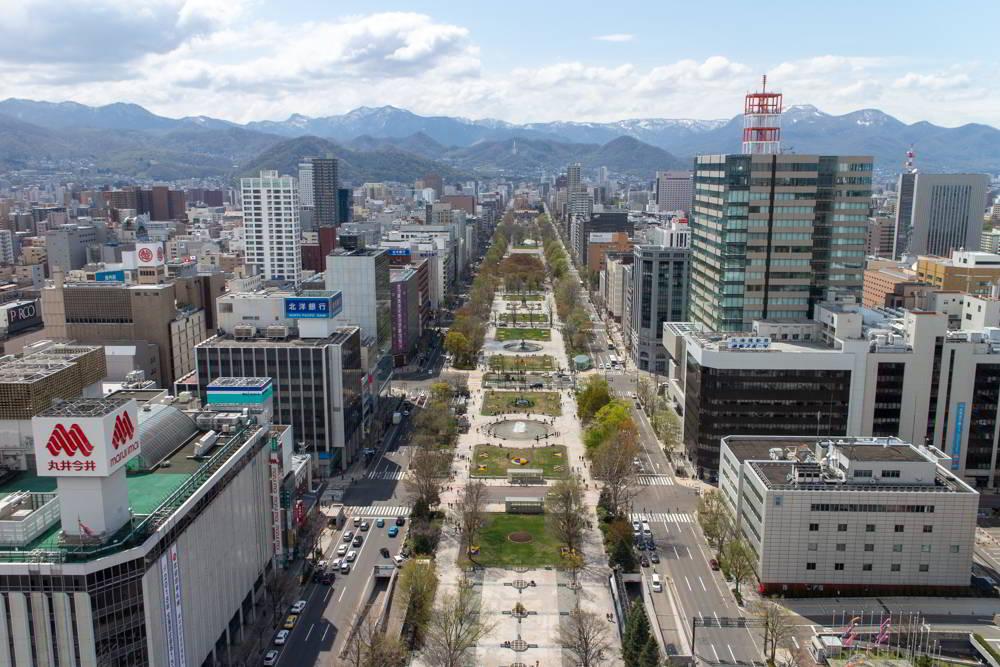 Genau für dieses Bild sind wir alle hier! Blick vom Turm auf den Odori-Park als mittlere Achse und den Bergen im Hintergrund.