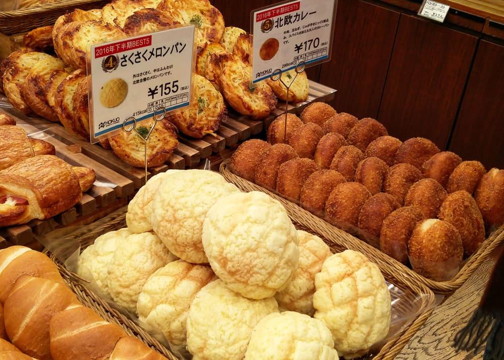 Auslage Bäckerei mit Melonpan