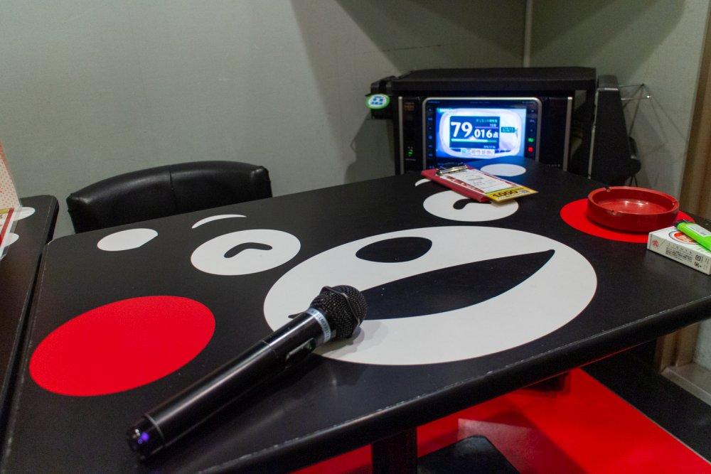 Im Karaokeraum grinst einen auch der Tisch in Bärenform an.