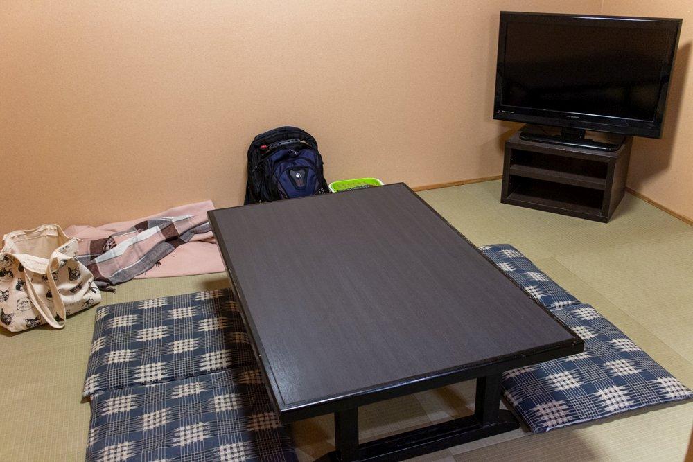 Der private Aufenthaltsraum ist im Preis inklusive - jedenfalls bei den teureren Bädern (3600 Yen für 60min). Wir empfehlen es. Es ist gut.
