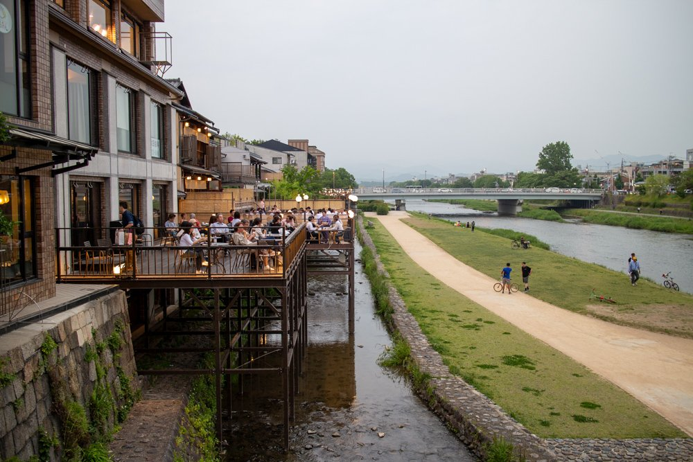 Am Kamogawa kann man sich über dem Fluss in einem Restaurant vergnügen.