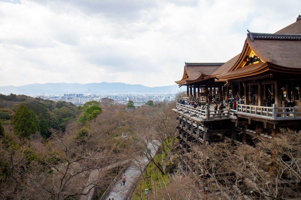 Der berühmte Tempel mit seiner Holzkonstruktion und dem tollen Blick auf Kyoto ist ein Touristenhotspot.
