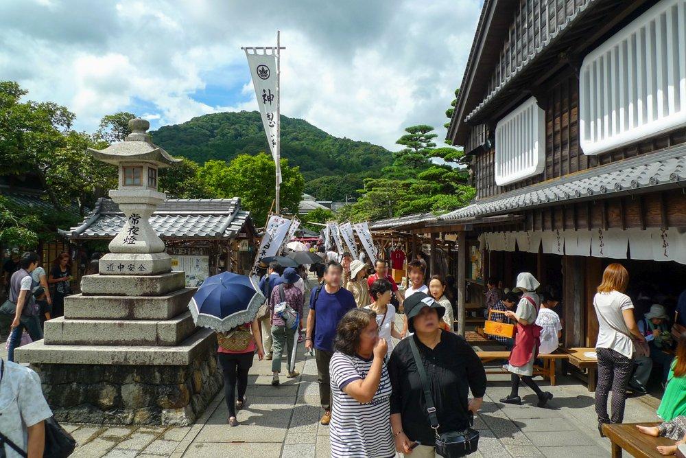 Die Oharaimachi ist der Zugang zum inneren Ise-Schrein und ist belebt und voller Händler und Künstler.