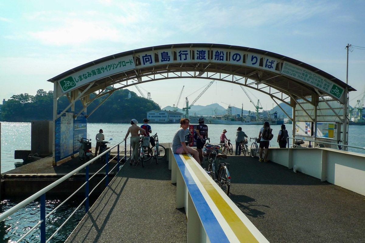 Mit anderen Radfahrern am Fährenterminal in Onomichi.