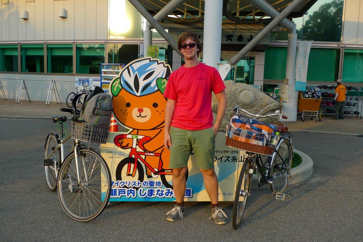 """Der orangene Bär heißt Mikan: In der Region Ehime werden viele Zitrusfrüchte angebaut, besonders Mandarinen, """"mikan"""". Ganz logisch, dass das lokale Maskottchen daran erinnert."""