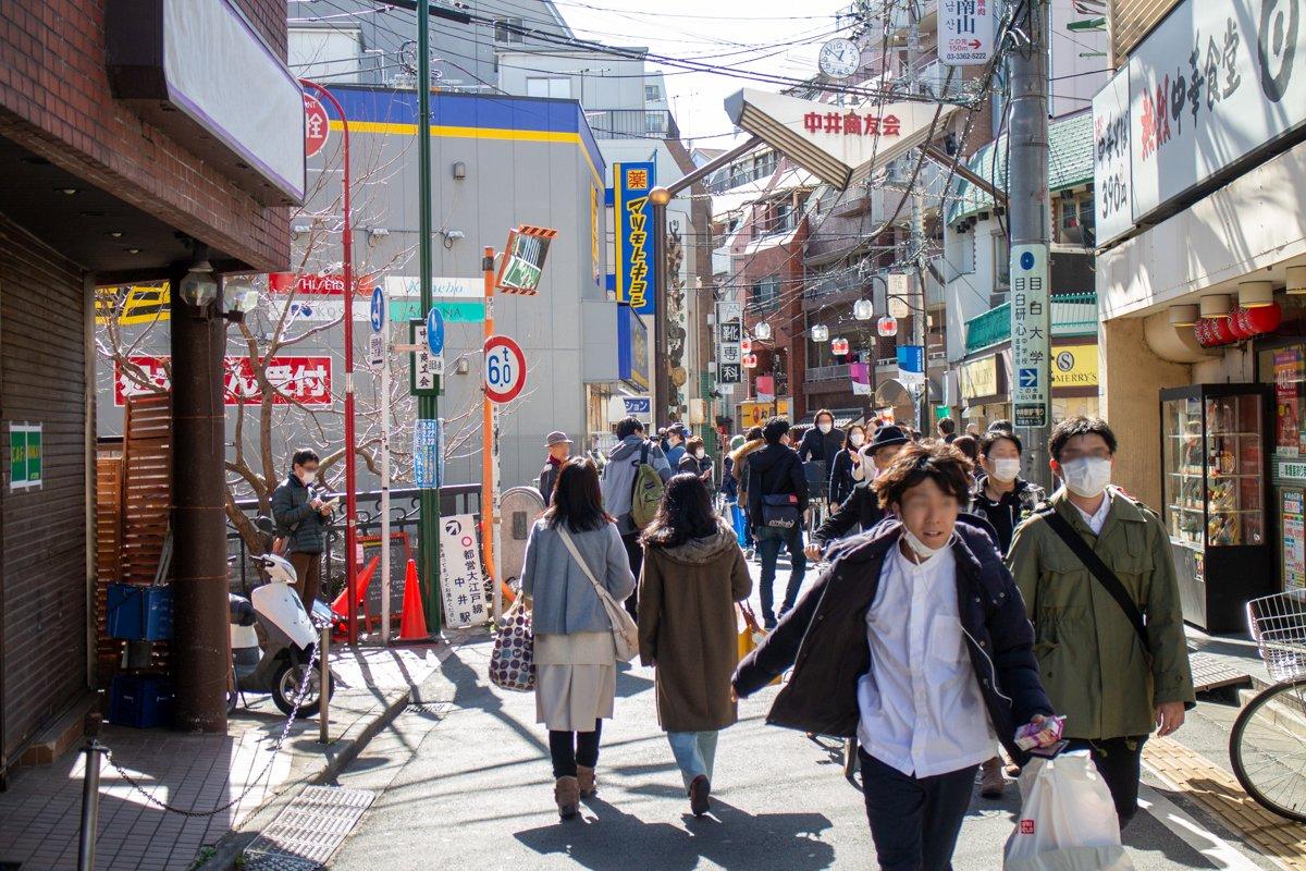 Wo es in Tōkyō eng wurde, und gerade in Innenräumen und an Touristenorten, trug man im März 2020 großteils Maske.