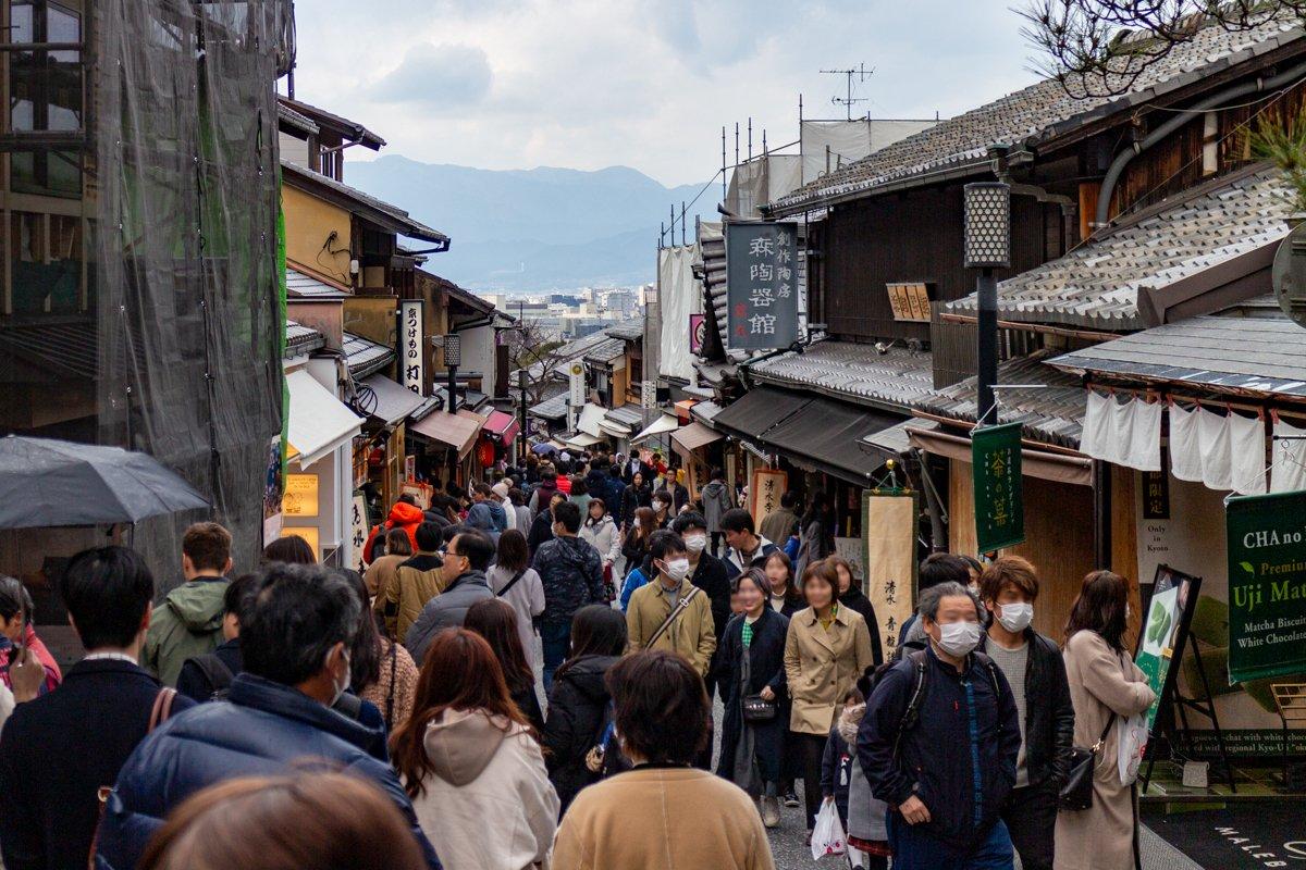 Kyōto 2020 - Im März waren wir noch einmal in der Stadt. Hier an der Sannenzaka kann es schon einmal voll werden.