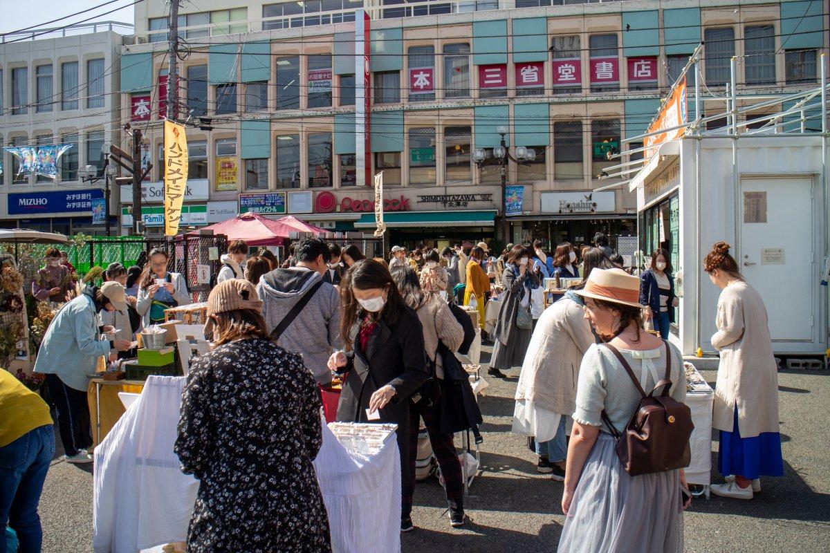 Hier in Shimokitazawa gab es noch Märkte. Auch draußen Trug man oft Maske.