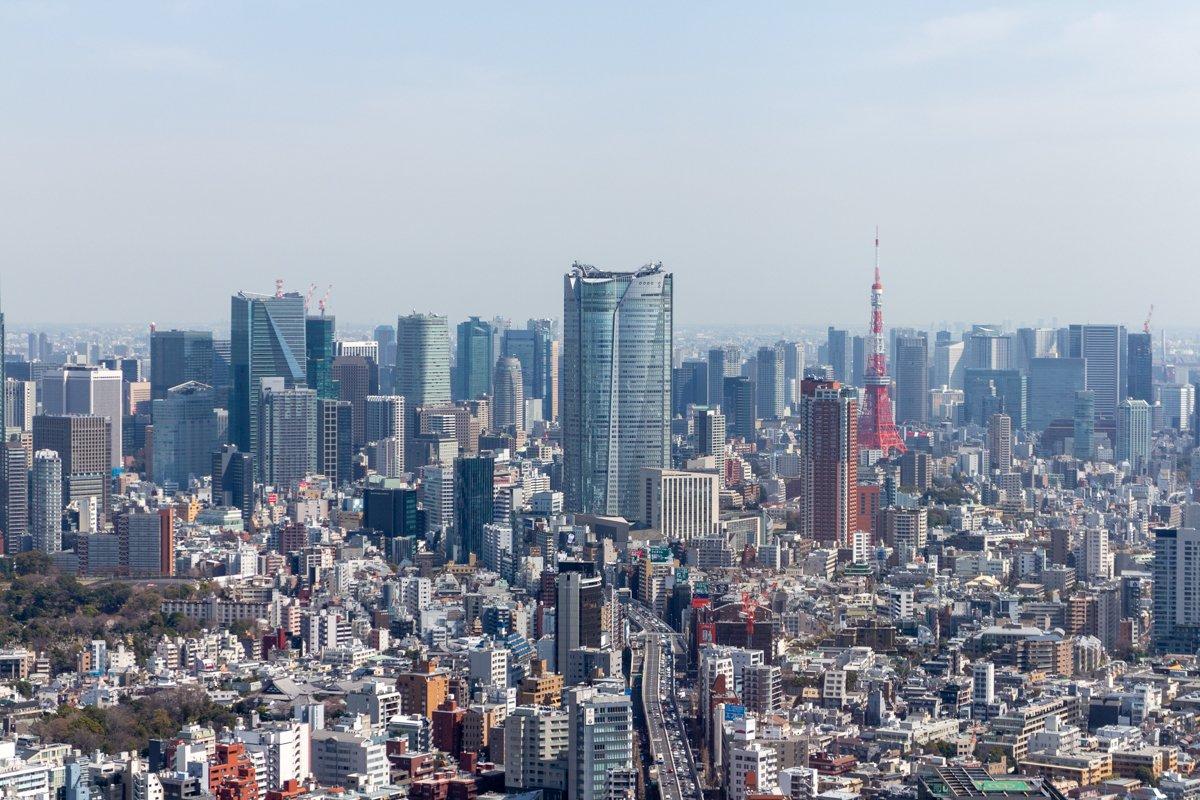 Tōkyō ist urban bis zum Horizont und manchmal ist es auch diesig. Smog ist aber heute kein Problem mehr.