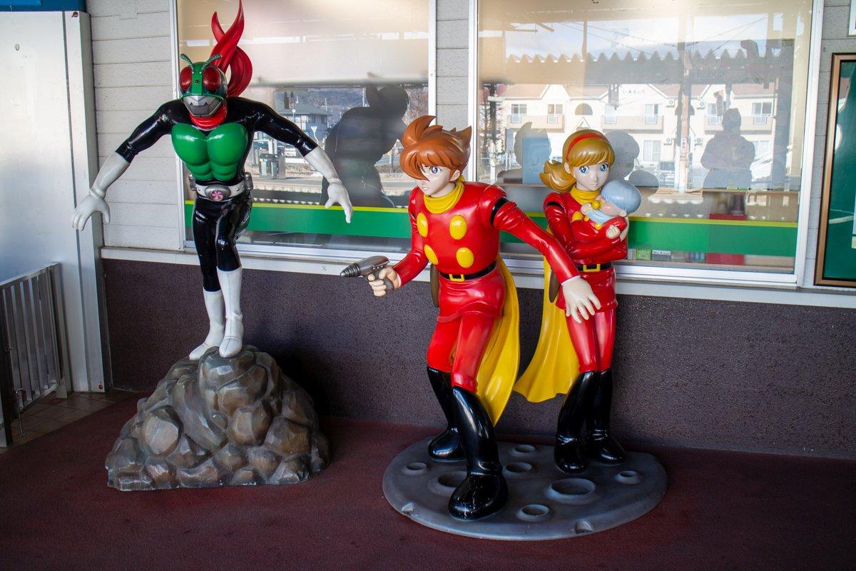 Ishinomori Shotaros Figuren (Kamen Rider und Cyborg 009 hier) sind in Ishinomaki allgegenwärtig.