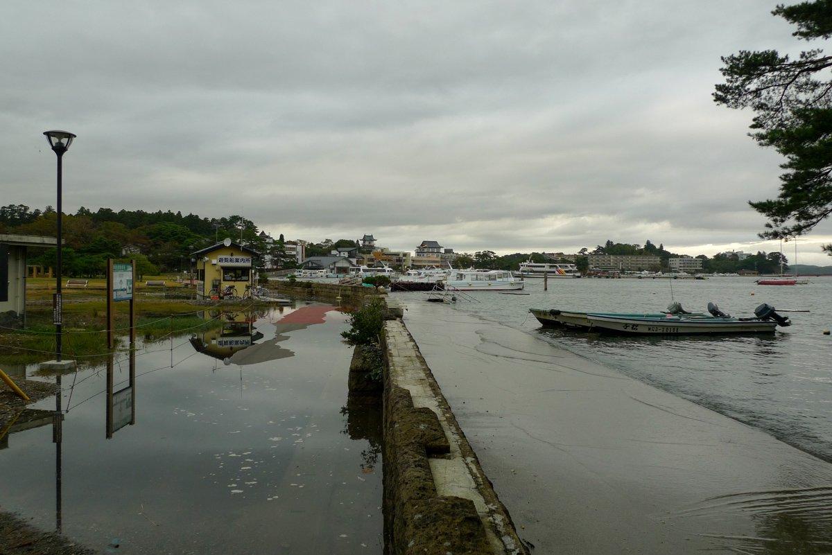Durch die Absenkung der Küste tritt das Meer nun regelmäßig über die Absperrungen.