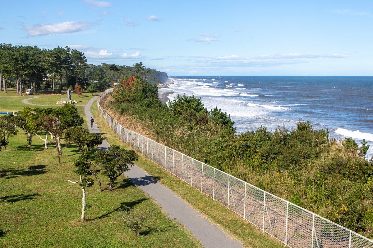 Die Küste in der Präfektur Fukushima, im Sperrgebiet bei Tomioka. Hinter dem Felsen im Hintergrund liegt das havarierte Atomkraftwerk Fukushima.