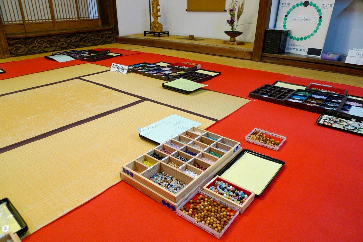 Im Entsu-in kann man unter Anleitung verschiedene Steine zu Gebetsperlen zusammensetzen und sich so ein Andenken mitnehmen.