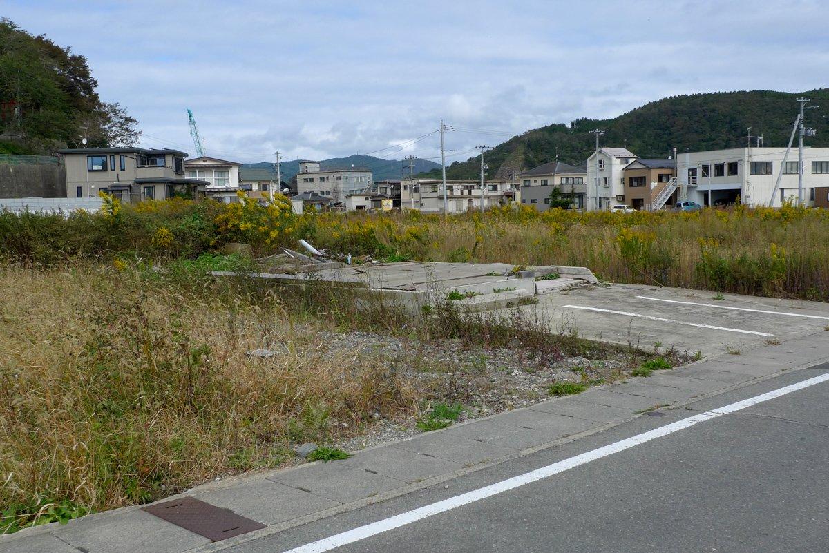 Vor dem Hiyori-yama-Hügel wurde nahezu alles zerstört und gilt nun als Gefahrenzone in der nicht mehr gewohnt werden soll.