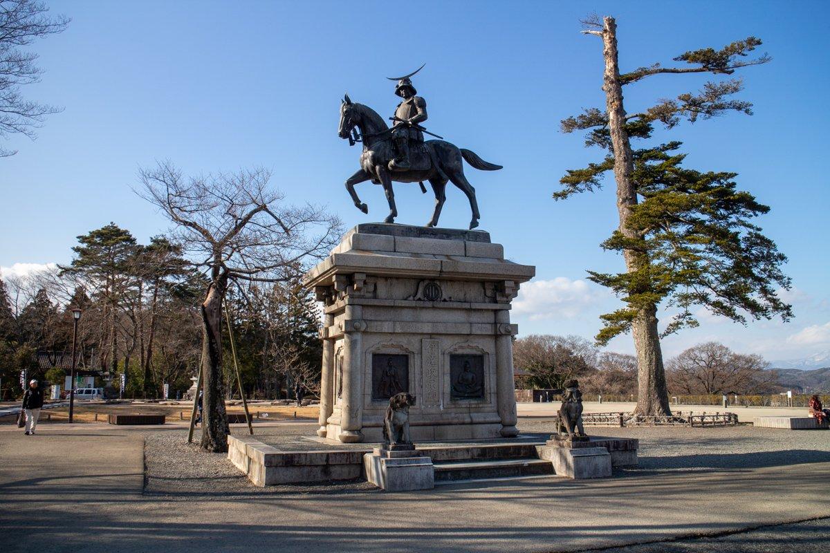 Dort wo früher die Burg Sendai stand ist jetzt ein weitläufiger Park mit toller Aussicht auf die Stadt und einer Statue von Date Masamune, dem ehemaligen Feudalherr der Gegend.