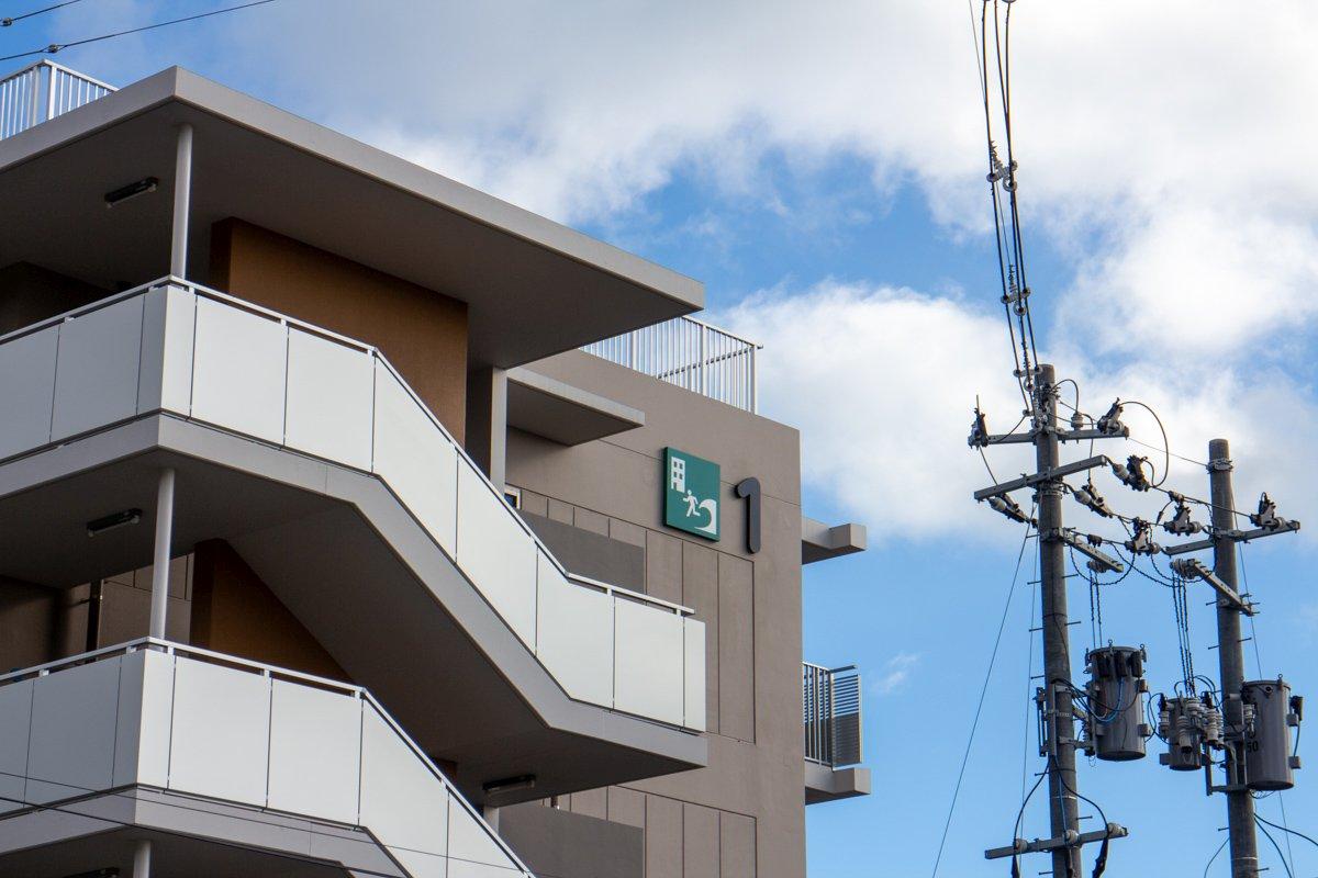 Auf den Dächern der neu gebauten Häuser wurden Sammlungsorte für Tsunami-Warnungen errichtet.