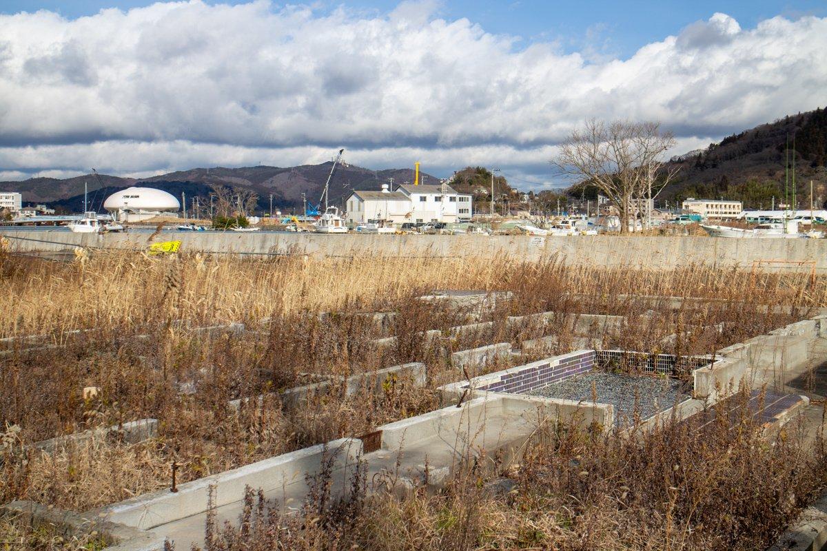 Noch immer stehen die Fundamente der zerstörten Häuser in Ishinomaki. Manchmal lassen sich ganze Wohneinheiten ausmachen und sorgen für ein mulmiges Gefühl.