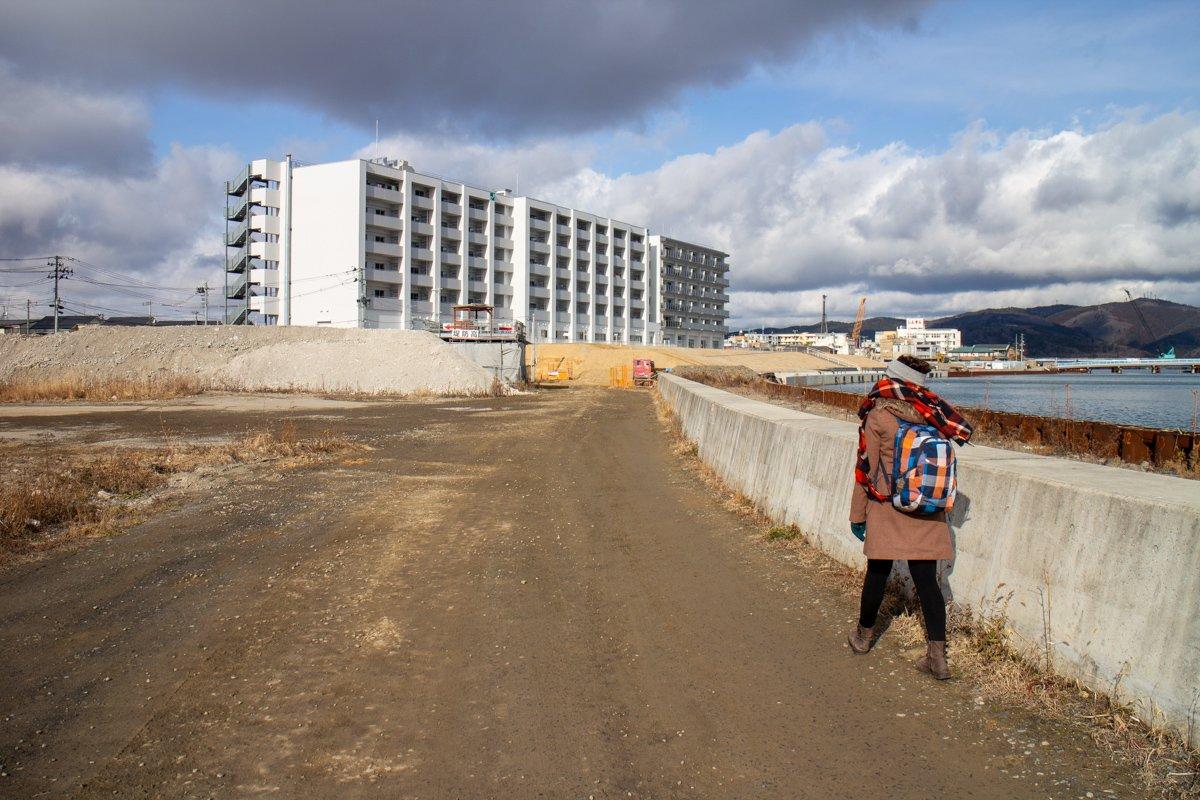 Am Fluss entstehen neue Wohnhäuser und ein hoher Deich.