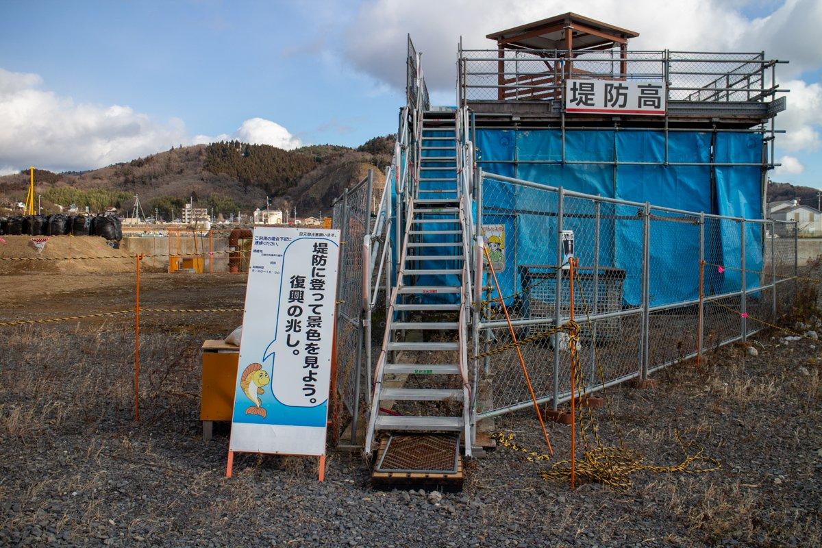 Am neuen Damm wurde eine Infoplattform erbaut bei der man auch die Höhe des neuen Deiches sehen kann.