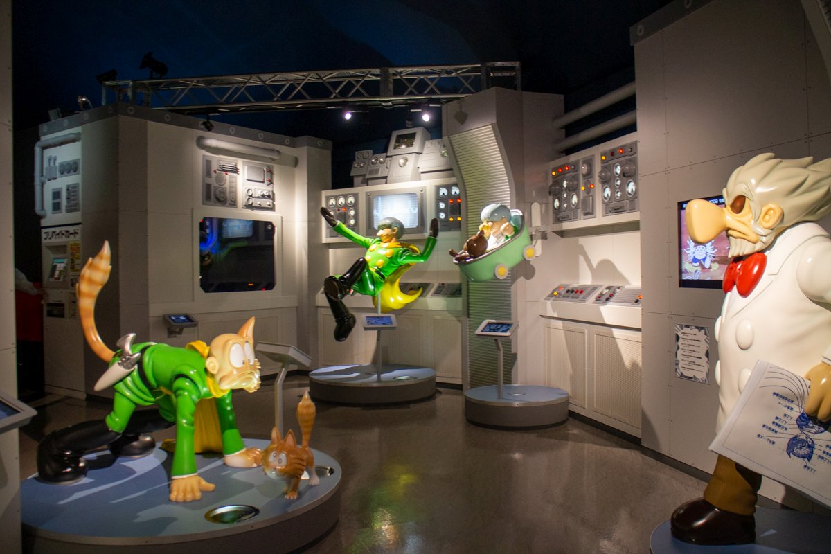 Die Ausstellungen leben von Ishinomoris knallbunten Figuren mit ganz eigener Ästhetik.
