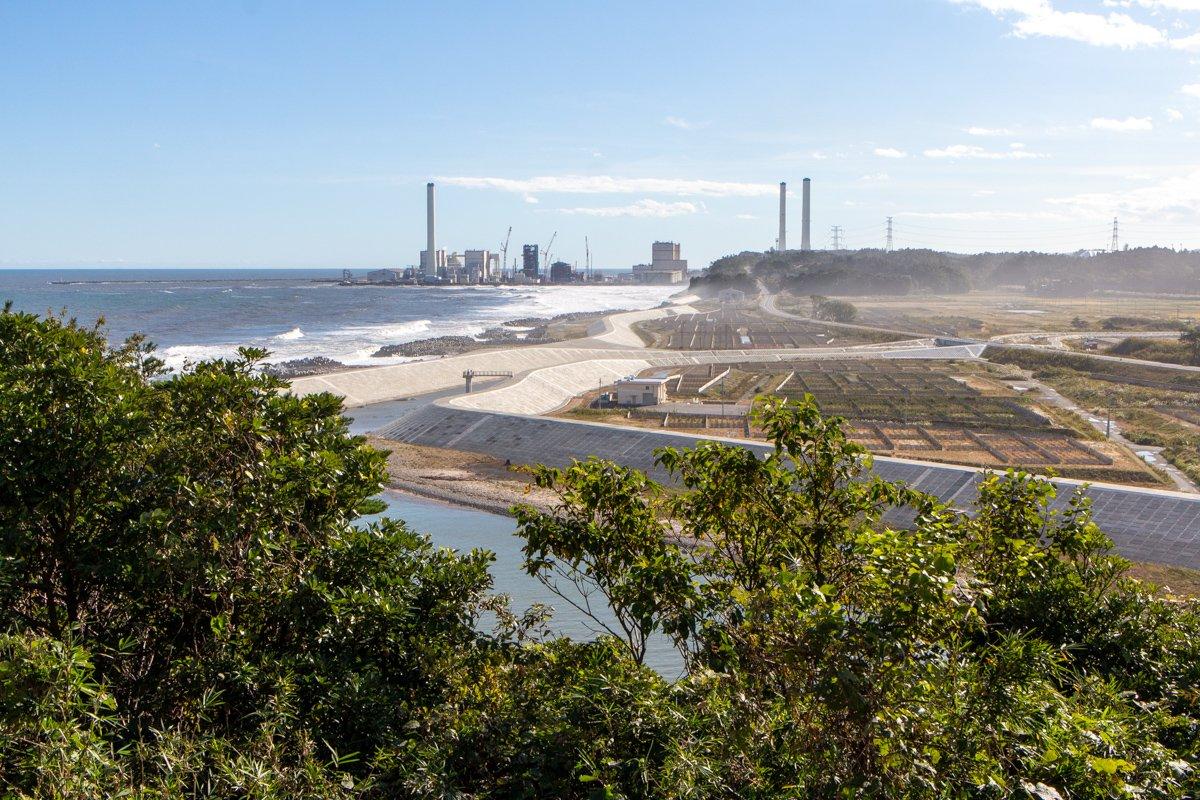 In der Nähe vom Kraftwerk Fukushima aufgenommen, aber das Bild zeigt ein Thermoelektrisches Kraftwerk ein paar Kilometer weiter im Süden.