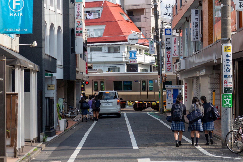 Eine der wenigen noch verbleibenden Schranken in Shimokitazawa ist der Übergang der Keio-Linie.