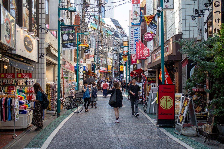 Die Straßen sind eng und gehören den Fußgängern!