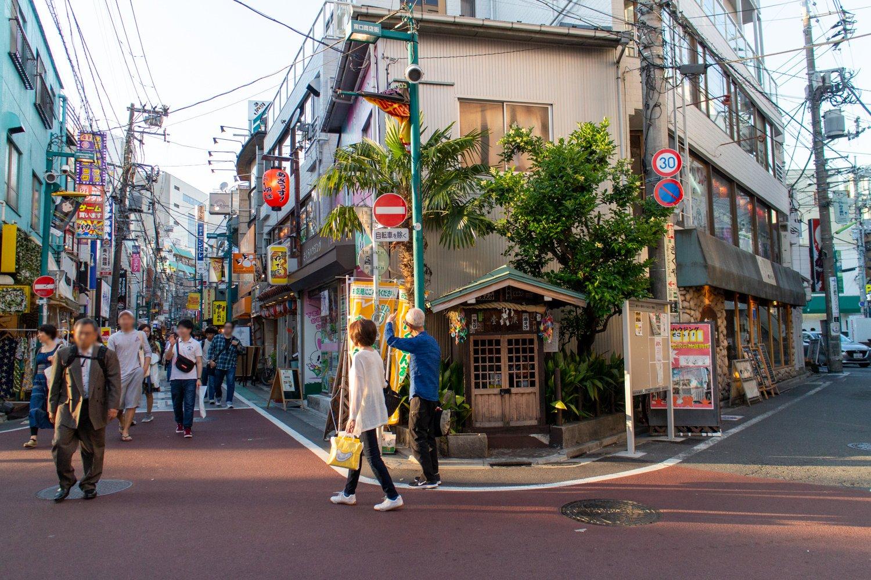 Shimokitazawa läuft im Süden spitz zu, die beiden Einkaufsstraßen treffen sich hier am Schrein.
