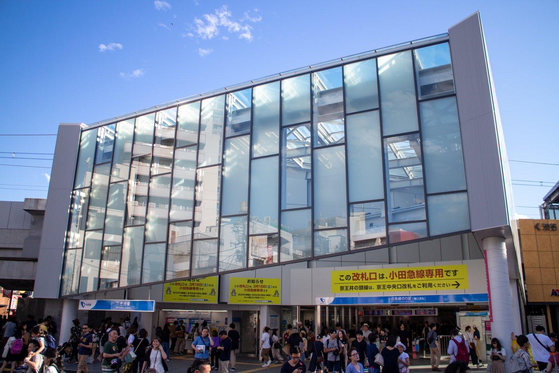 Zweitstöckig und halbwegs elegant: das neue Odakyu-Bahnhofsgebäude.
