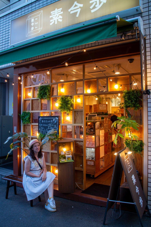 In Shimokita gibt es zwei dieser Läden wo man Boxen mieten kann um dort seine Sachen zu verkaufen.