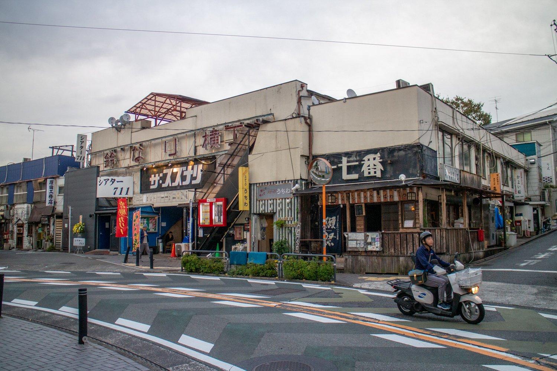 Das Suzunari wurde 1981 eröffnet und war das erste Theater in Shimokitazawas.