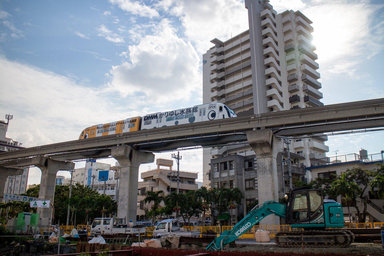 Die Monorail von Naha kommt manchmal auch in Gestalt eines Röhrenaals daher.
