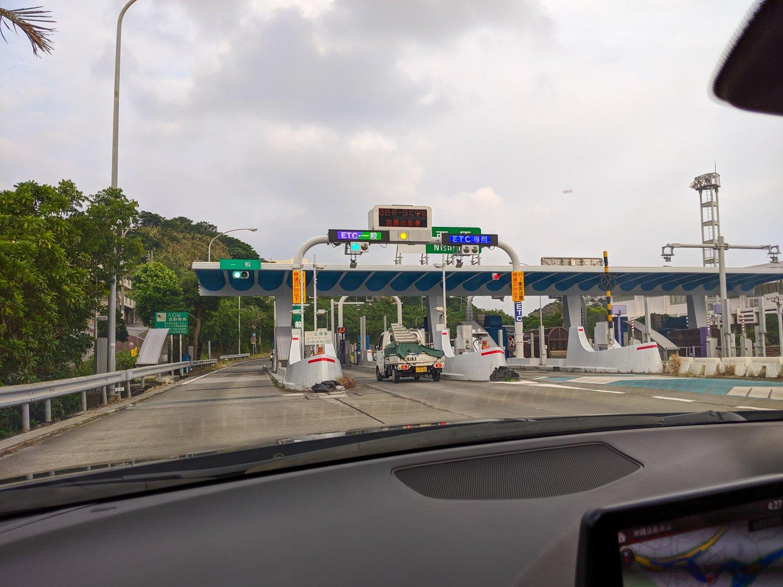Es gibt auf Okinawa nur eine Autobahn. Hier seht ihr eine ETC-Mautstelle.