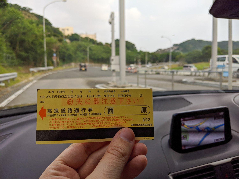 Wie im Parkhaus zieht ihr ein Ticket und gebt es am Ende am Mauthäuschen wieder ab. Es gibt auch automatisches elektronisches Zahlen.