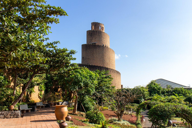 Der Turm ist Teil des botanischen Gartens. Man kann hoch und hat eine tolle Aussicht von oben.