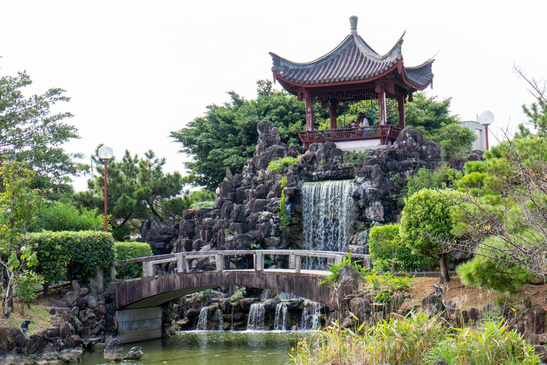 Der chinesische Garten hat Karpfen, Wasserfälle und vieles mehr auf sehr kompakter Fläche.